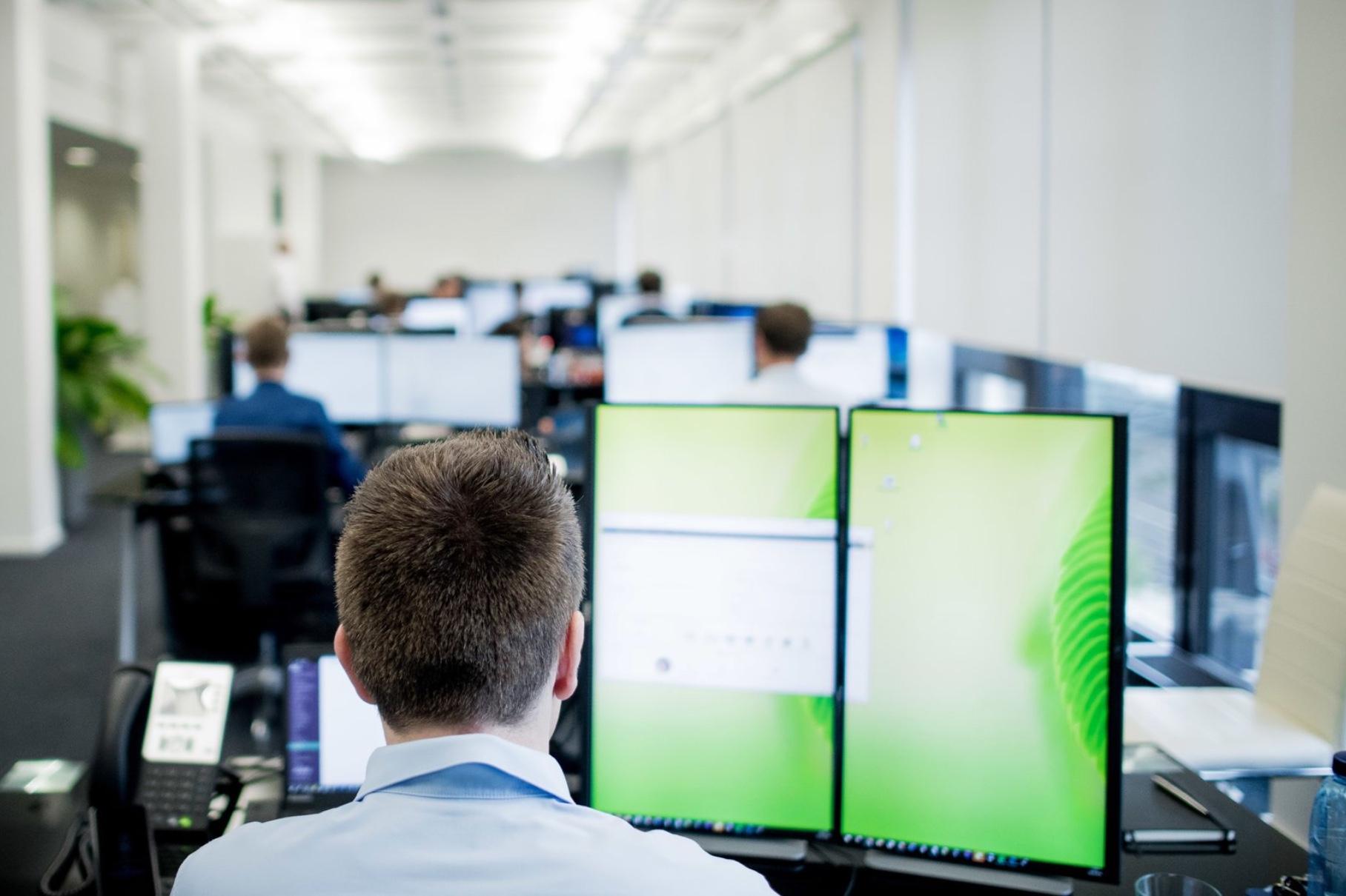elunic Büro Arbeitsplatz